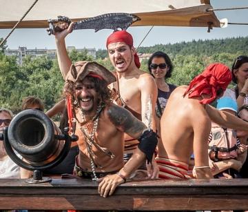 """И това лято """"Pinta Varna""""  Ви очаква с много пиратски приключения, корабни вълнения и неустоими предложения."""